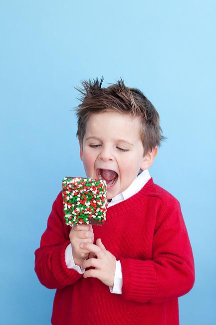 Забавный мальчуган с мороженым на